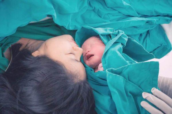 بعد عملية الولادة القيصرية